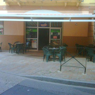 Terrasse protégée store véranda café